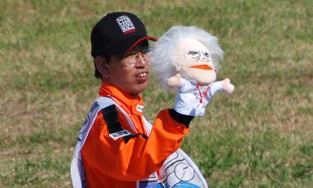 Fiscal japonês com o boneco de Bernie