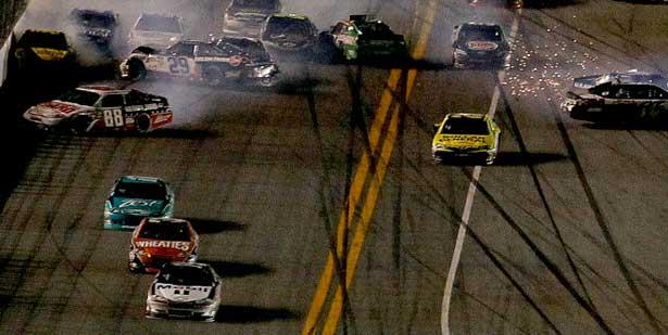 NASCAR12-daytona-400-acidente-chegada615