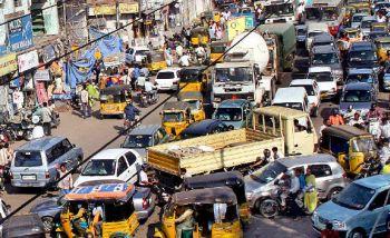 Trânsito caótico em Nova Déli
