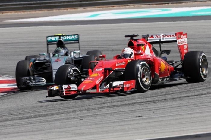 """F1 – Ecclestone: Mercedes e Ferrari estão parecendo """"gêmeas ..."""