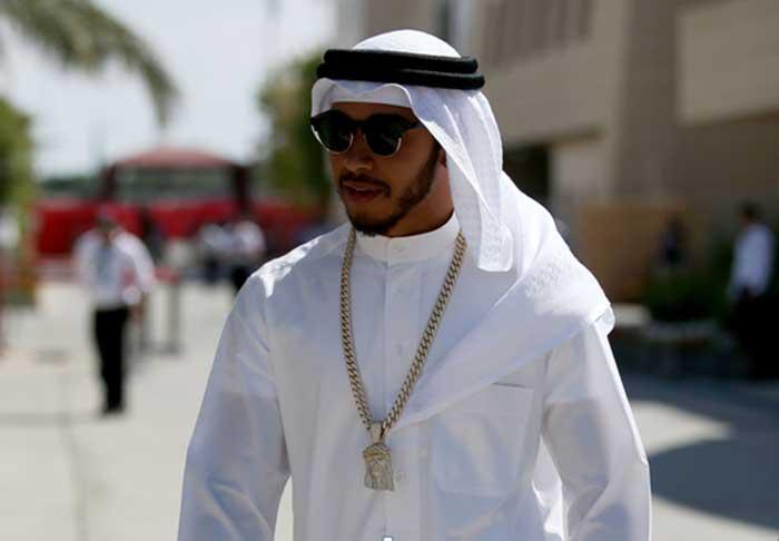 Lewis Hamilton vestido de árabe no Bahrain