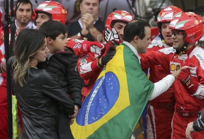 Felipe Massa é aplaudido pela Ferrari