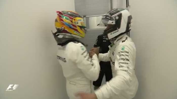 Hamilton cumprimenta Bottas no box da Mercedes